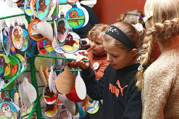 Pernai klubo eglutę vaikai puošė savo gamintais žaisliukais su pelėdžiuke.