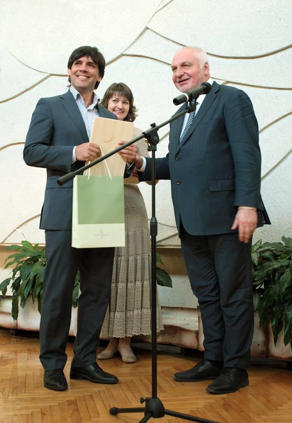 Metų fotografu išrinktą M. Čepulį apdovanoja aplinkos ministras V. Mazuronis