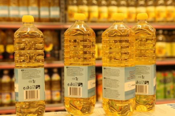 Kitose ES šalyse daug aktyviau ginamasi nuo GMO. Štai Latvijos prekybos centruose produktai, kuriuose yra GMO, sudėti į atskiras lentynas – tegu vartotojai sprendžia, pirkti juos ar ne. Klaudijaus Driskiaus nuotr.