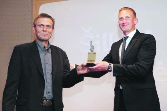 Šiluviškis V. Mikolaitis nuoširdžiai džiaugėsi laukinių bičių jam pelnyta premija. LRT nuotr.
