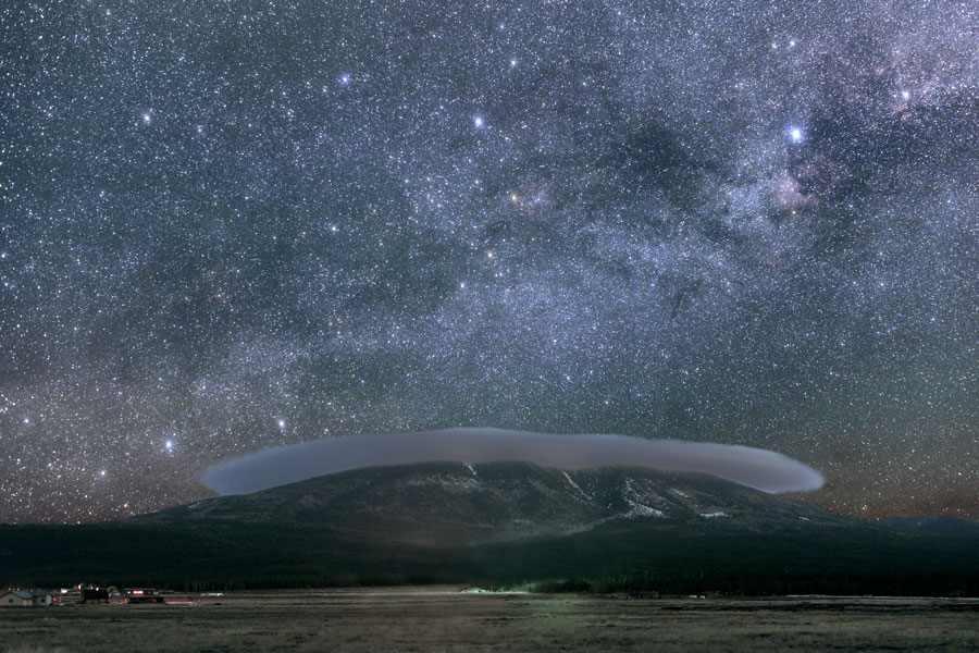 Šis dangus saugomas jau daugiau kaip 50 metų. Flagstaff (Arizona, JAV) parką Tarptautinė nakties dangaus asociacija 2001 metų spalio 24 dieną pripažino pirmuoju pasaulyje Tarptautiniu nakties dangaus miestu, kuriame siekiama kaip galima daugiau riboti dirbtinį apšvietimą. Čia įrengta observatorija, tačiau dangumi pasigrožėti atvyksta tūkstančiai žmonių. Nuotrauka daryta vos 10km atstumu nuo Flagstaff centro ©Dan & Cindy Duriscoe, FDSC, Lowell Obs., USNO